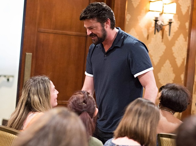 Karl Urban Shaking Hands Mama's Geeky Thor Ragnarok Event